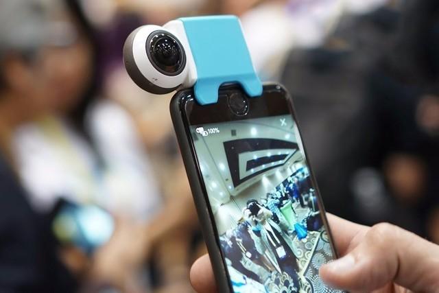 国外的一家公司专门针对iPhone设计了一款360°镜头,通过数据接口即可实现扩展。不过目前只在国外销售,希望国内也会尽快可以买到。