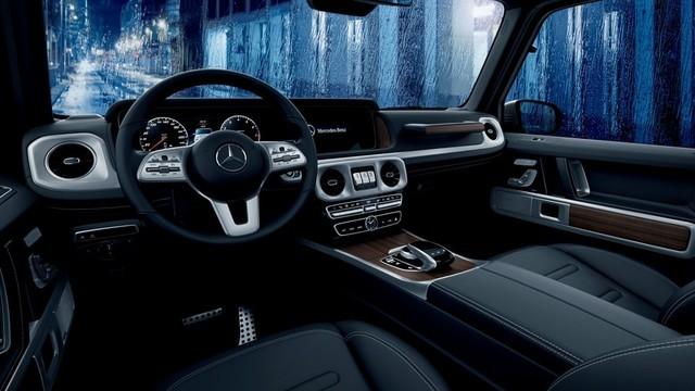 全新AMG G 63最大的亮点是内部采用了全液晶仪表与中控屏组成的双12.3英寸超大屏,让车内的科技感和豪华瞬间提升。方向盘也由原来传统的四幅式升级为平底式运动方向盘。