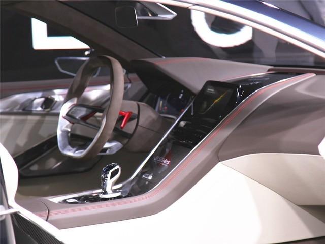 新车采用2+2式的座椅布局。内饰的风格与现在的宝马车完全不一样。一体式中控台采用碳纤维和皮革相搭配,其中镶嵌着大尺寸的液晶显示屏。