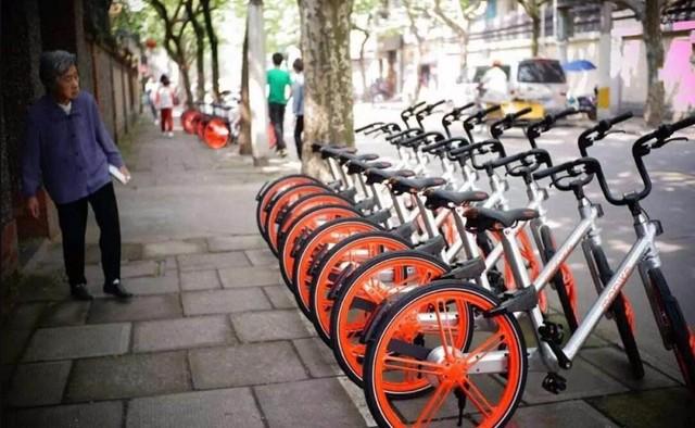 摩拜单车应该是在北京最早一批共享单车。摩拜单车,英文名mobike,是由胡玮炜创办的北京摩拜科技有限公司研发的互联网短途出行解决方案,是无桩借还车模式的智能硬件。