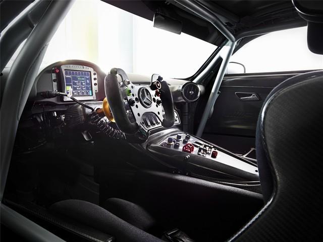 车内采用轻质铝合金管架机构,并焊装防滚架。此外,还装备了数字赛车仪表盘、多功能赛车方向盘、碳纤维赛车座椅等。