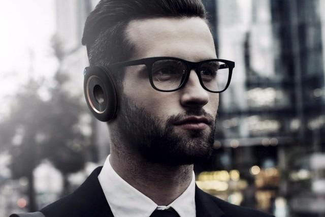这款耳机就想两个圆环挂在耳朵上,当你轻触开关,就可以实现封闭,从而获得更加的音质。