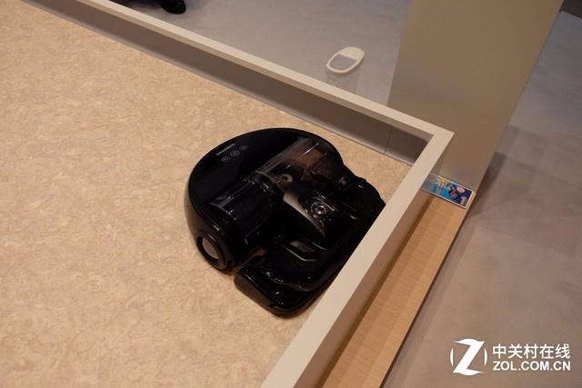 造型颇具科技感的扫地机器人。