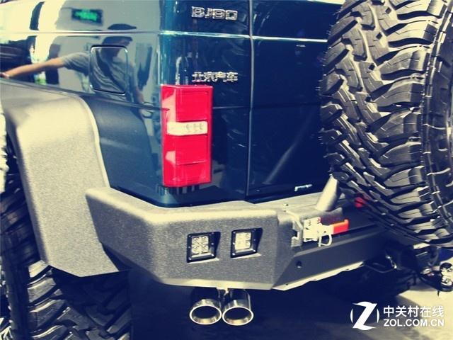 动力方面,该车搭载了熟悉的2.3T汽油发动机+爱信6AT变速箱+一套PHEV(插电混动)的动力总程,前两排车轮由汽油机提供动力,第三排则由电力系统驱动。
